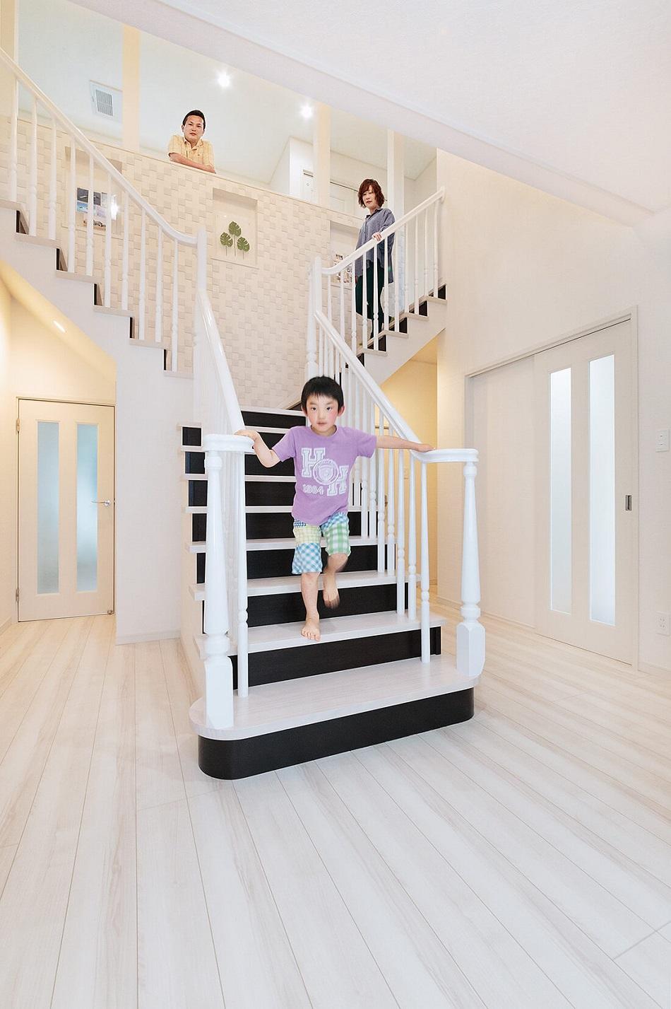 玄関を開ければ、美しいシルエットの階段がお出迎え。