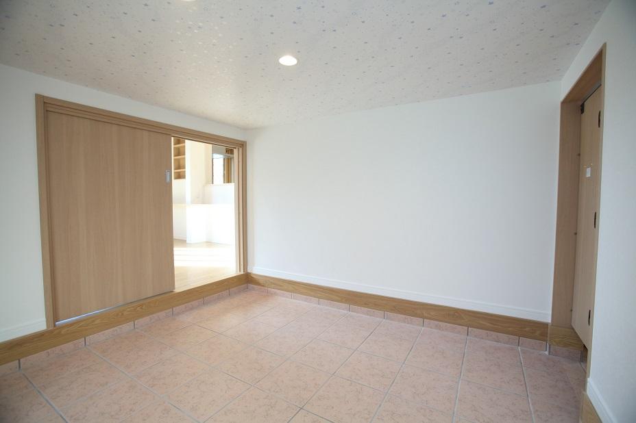 玄関からつながる、こだわりの土間収納は約4.5帖の広さ。リビングからも出し入れできるので、使い勝手は◎。天井のクロスは夜光塗料が塗ってあり、遊び心も忘れません。<br/> <br/> 収納床タイル:ノーブルフロアー / HRN302