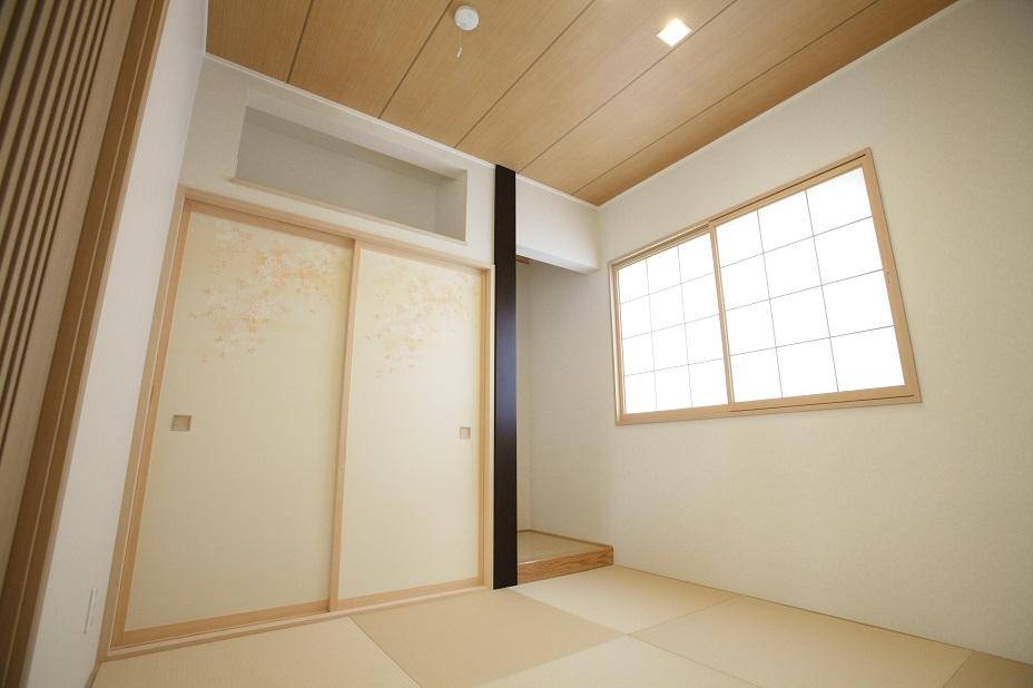 ふすまと障子で純和風な空間に。 紫鉄刀木の床柱は圧倒的な存在感を放ちます。