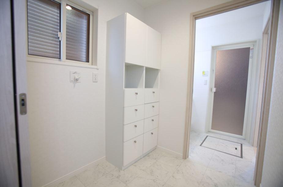 家事がラクになる間取りがいいな。<br/> そんなご要望に合わせ、洗面所、脱衣室、パントリーを行き来できるような回遊型の間取りにしました。<br/> 洗面所・脱衣室の床は大理石調で高級感を演出。<br/> サニタリー収納を配置することで実用性もバッチリです!!