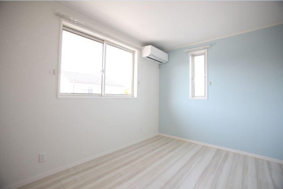 子供部屋は水色の壁紙で爽やかな印象に