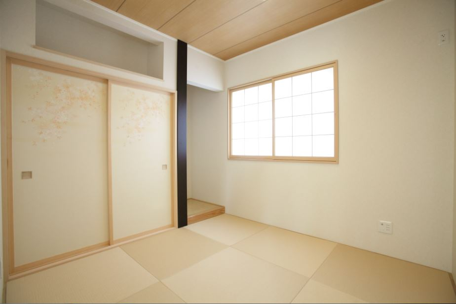 和室は純和風に。そんなご夫婦のこだわりのつまった和室です。<br/> タタミ・サッシ・天井の色をそろえ、部屋全体を落ち着きのある空間に。<br/> そこへ、存在感のある床柱でアクセントをつけました。