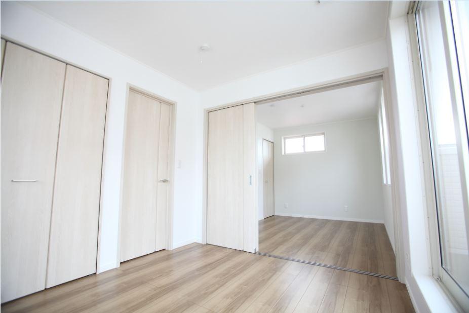 子供部屋は扉で仕切りました。<br/>  お子様が小さいうちは2ドア1ルームの子供部屋。成長して個室が必要になったら扉を閉めて、2部屋に。<br/> そして、将来お子様が独立したら元に戻して多目的ルームとしての活用も可能です◎