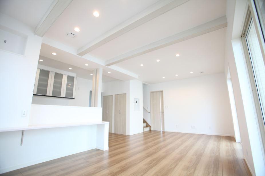 化粧梁と化粧柱はドアと同じ色を採用。<br/> さりげないアクセントがオシャレな空間をつくりだします。