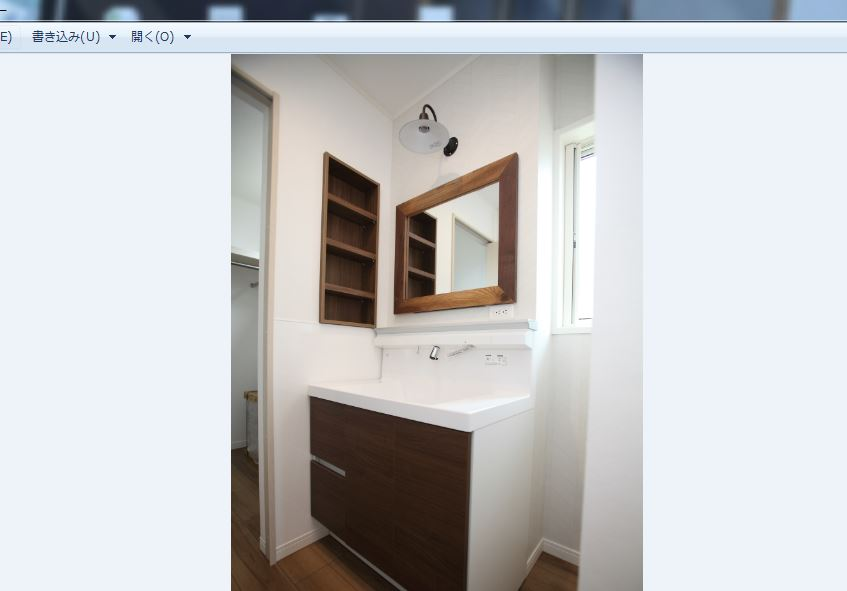 洗面化粧台の鏡と照明はかわいらしく<br/> 奥様のこだわりが詰まった空間です◎