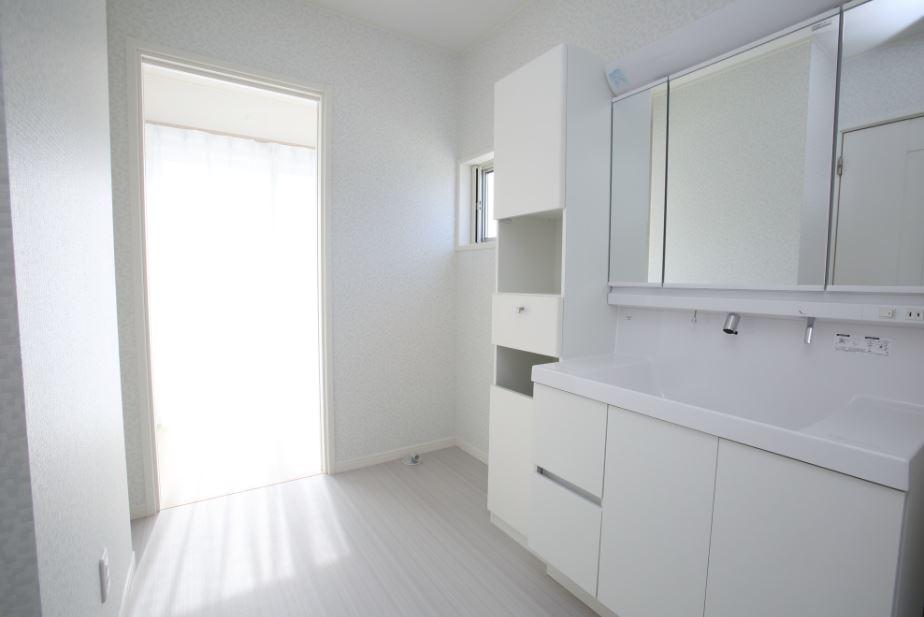 洗面脱衣室の隣にはサンルームを。<br/> 家事の時間を短縮することで、家族との時間を増やすことが出来ます。