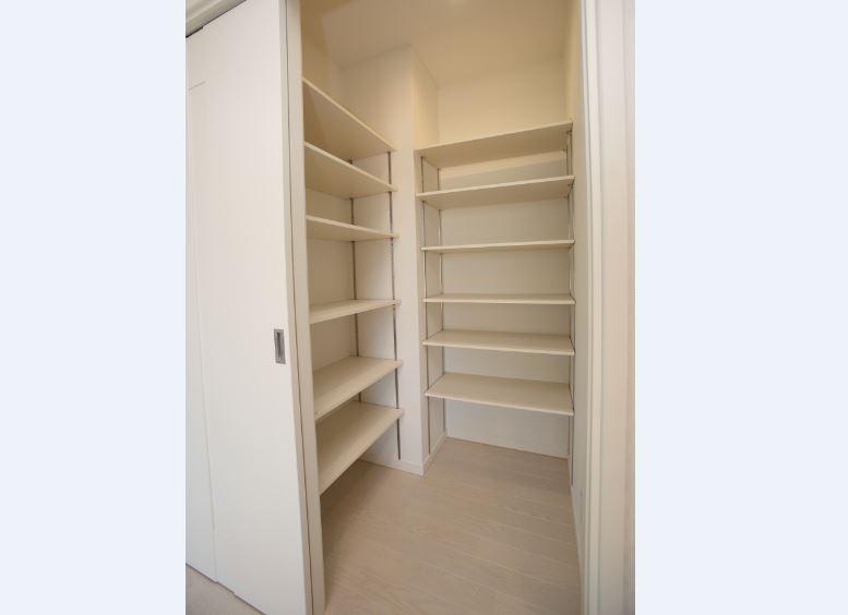 常にキレイを保ちたいリビングにはファミリークロークを設置。<br/> このほかにも適材適所の収納を設けることで、収納上手な家に!