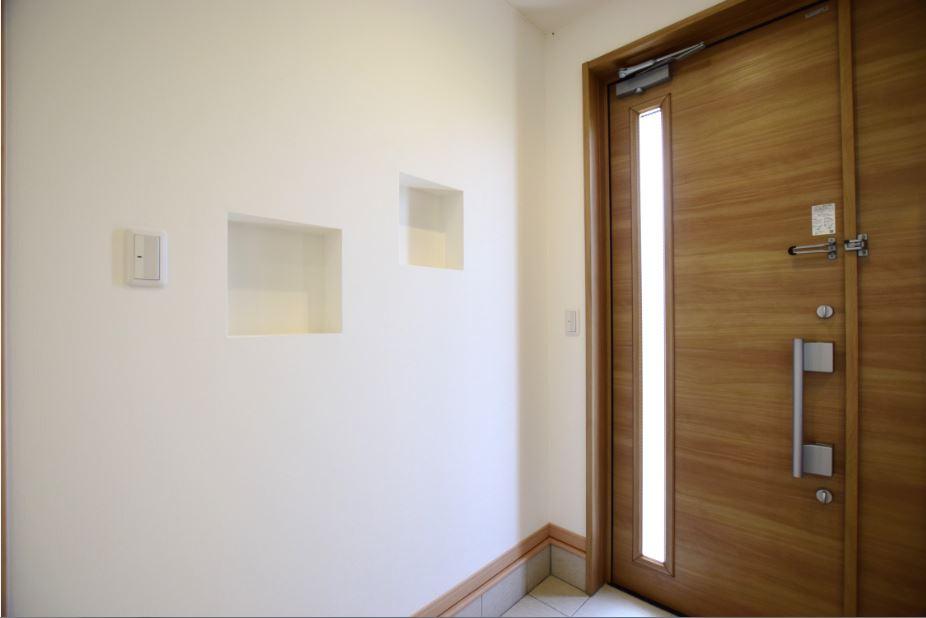 家に入って一番初めに目に入る玄関の壁<br/> ニッチを設けることで、観葉植物や小物、リードディヒューザーを置くことができます。