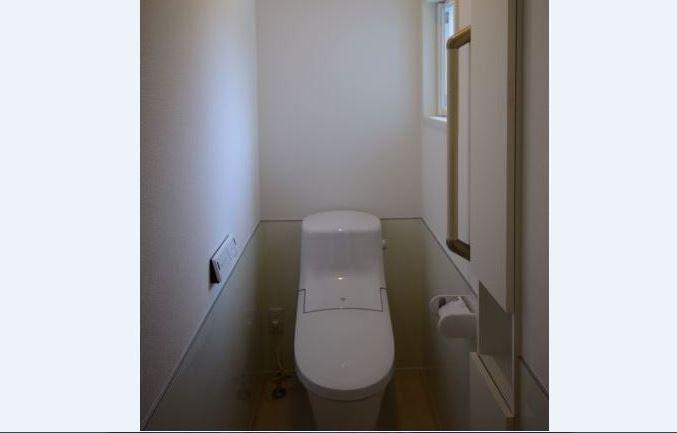 トイレの壁は、下半分をパネル貼りにしました。<br/>お手入れがしやすくなります