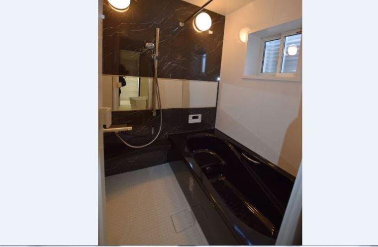 高級感のある人造大理石の浴槽<br/> ミラーを横にする事で、より広々とした空間に感じられます。