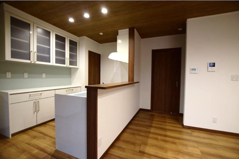 キッチン背面には食器棚とパントリーを設置しました。<br/> 食品はもちろん、もしもの時に備えて買いだめをしても安心です◎<br/><br/>  リビングからは洗面・脱衣室に移動する事が出来ます。<br/> 家事はもちろん、生活するうえでの動線も考慮しました。