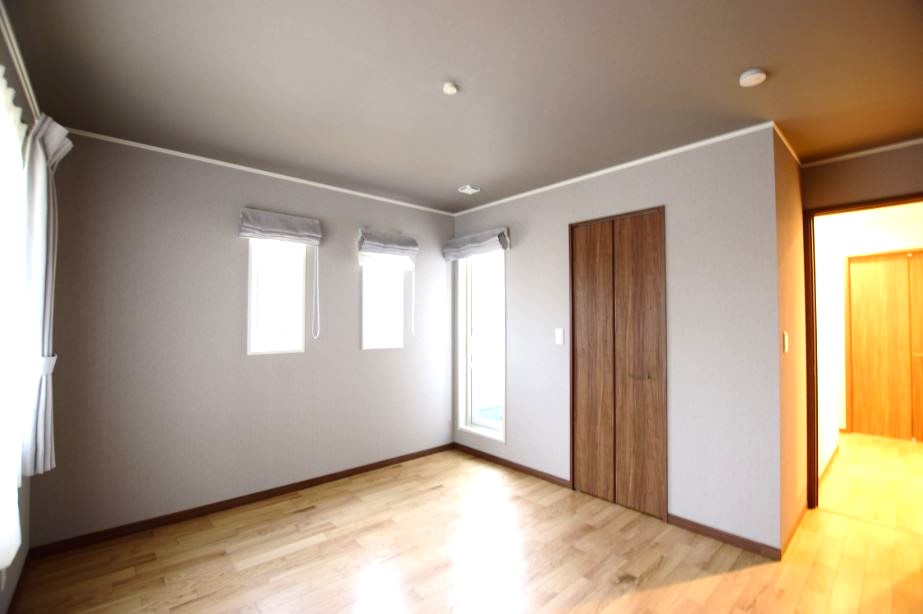 寝室はグレーの壁紙を使用し、落ち着きのある空間に。