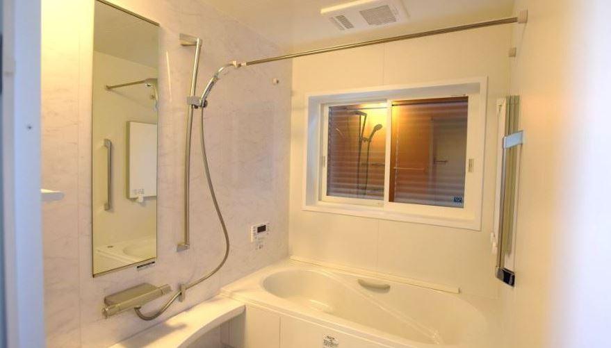 ホワイトストーンのアクセント壁を使用することで高級感漂うバスルームに