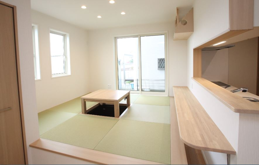 和室ダイニング<br/> 掘り座卓をダイニングテーブルとして、ちょっとした食事はカウンターで<br/> 銀白