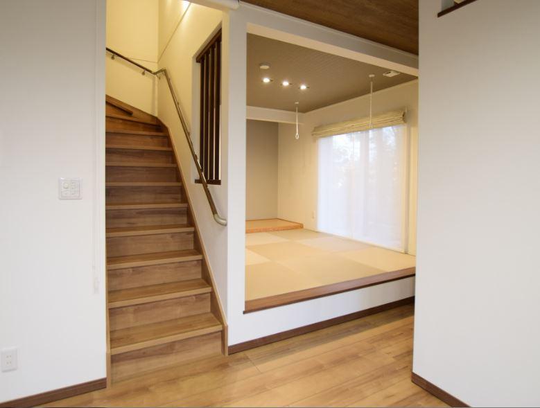 リビングに併設したモダンな和室<br/> ウインドウトリートメントにはダブルシェードを使用し、モダンな空間に<br/>灰桜