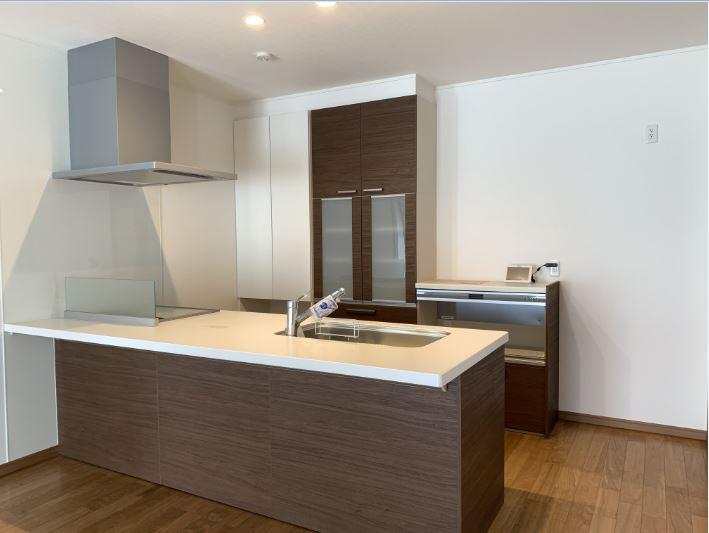 キッチンはペニンシュラ型を採用!<br/> I型のキッチンよりも奥行きが広いのでカウンターとしても使用できます<br/> ちょっとした食事であればキッチンで済ませることが出来ます◎<br/><br/>  床:プレシャスウッドフロアー / ブラックチェリー<br/> キッチン:リクシル アレスタ / ウォールナット