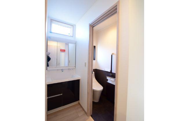 1階のホールには独立の洗面化粧台を設置<br/> 家に帰ったらすぐに手洗い・うがい◎