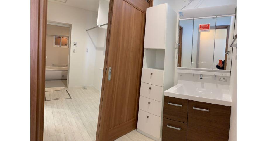 洗面所と脱衣室を分けることで、気兼ねなく洗面台を使用できます。