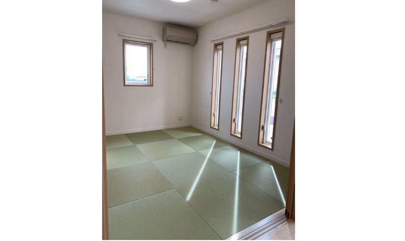 リビング併設の和室は、落ち着きのある空間に<br/> 畳:ダイケン 清流シリーズ 銀白
